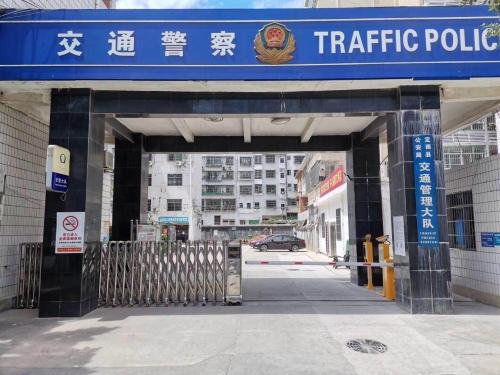 【产品案例】定南交警大队大门出入口车牌识别系统+3秒快速直杆道闸