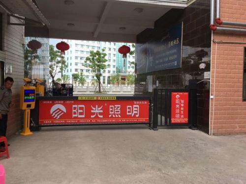 【产品案例】安远御景湾佳园小区2套车牌识别广告道闸、人行广告门